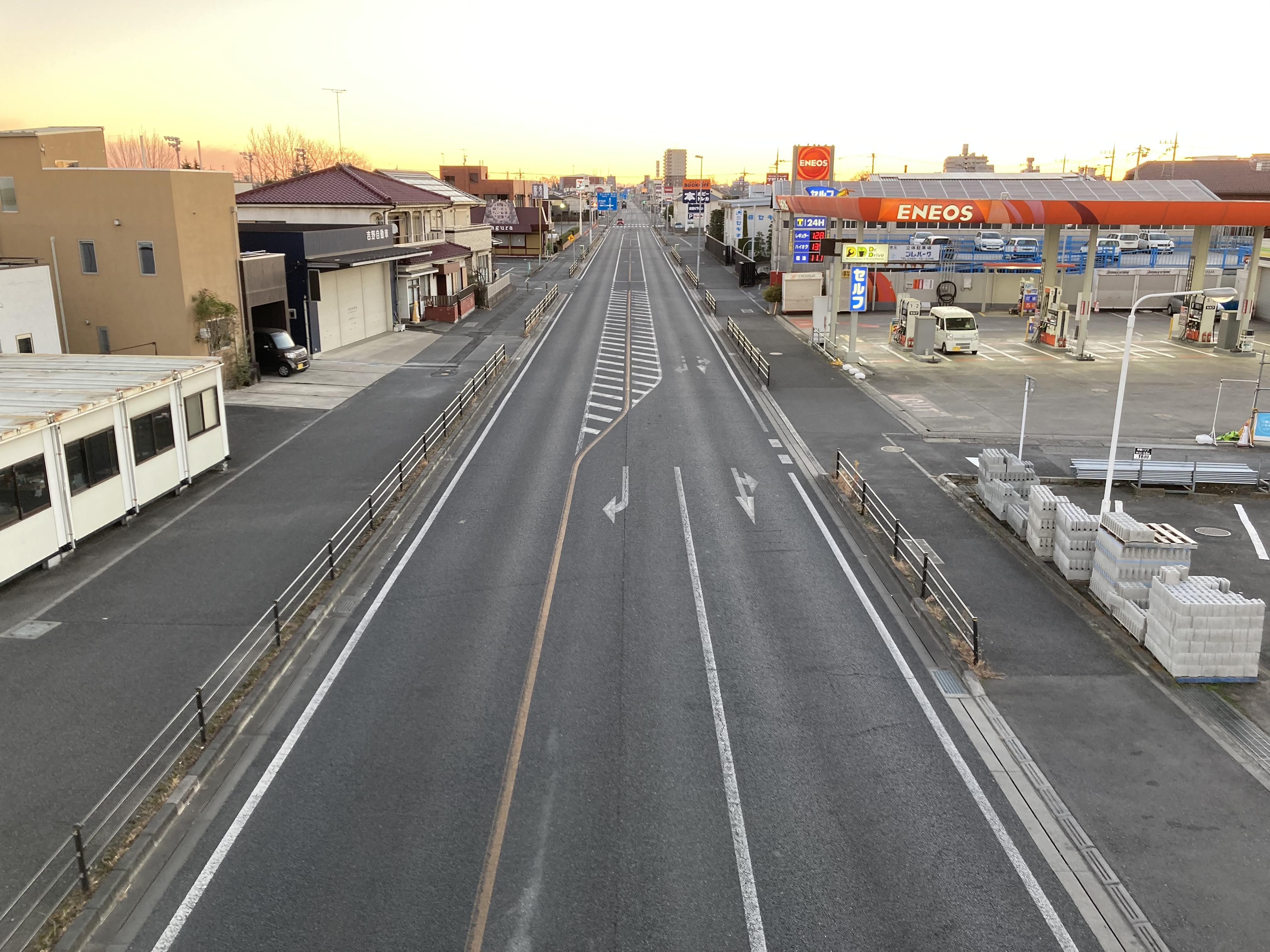 朝焼けと国道17号