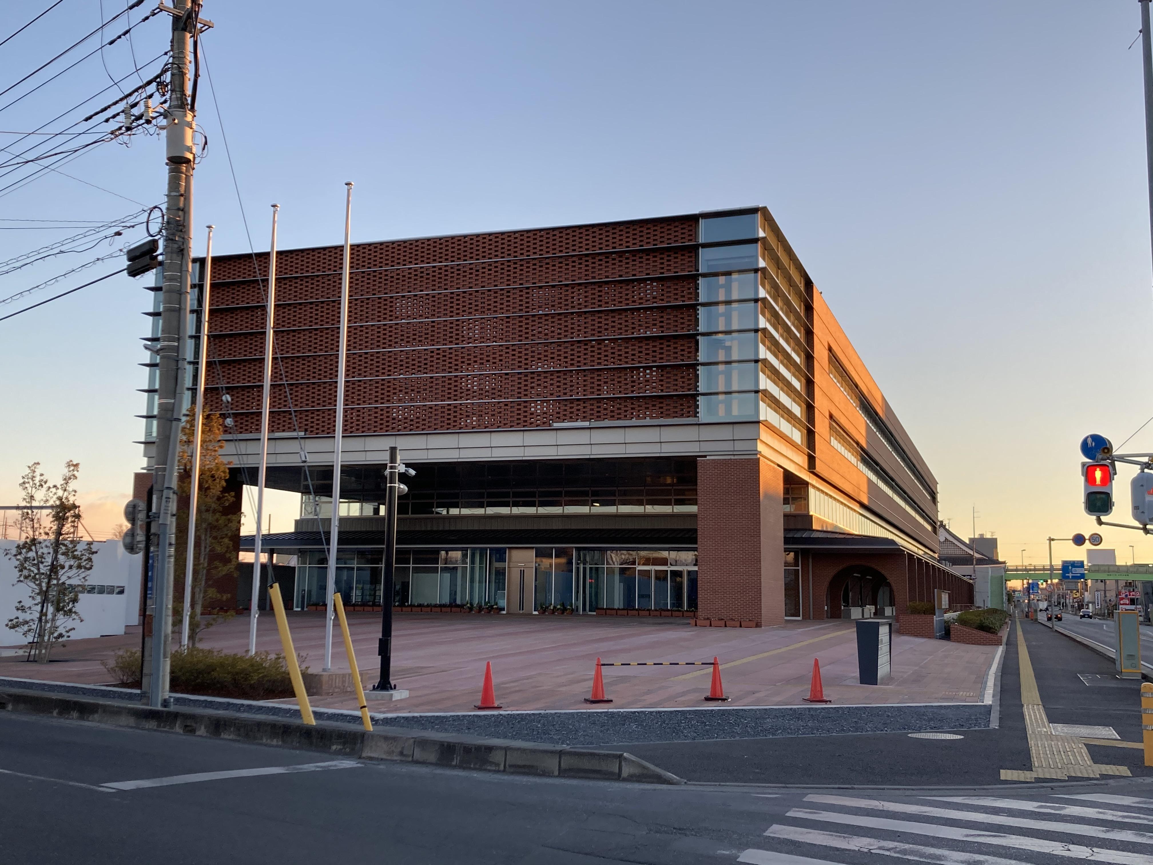 朝焼けと深谷市役所新庁舎