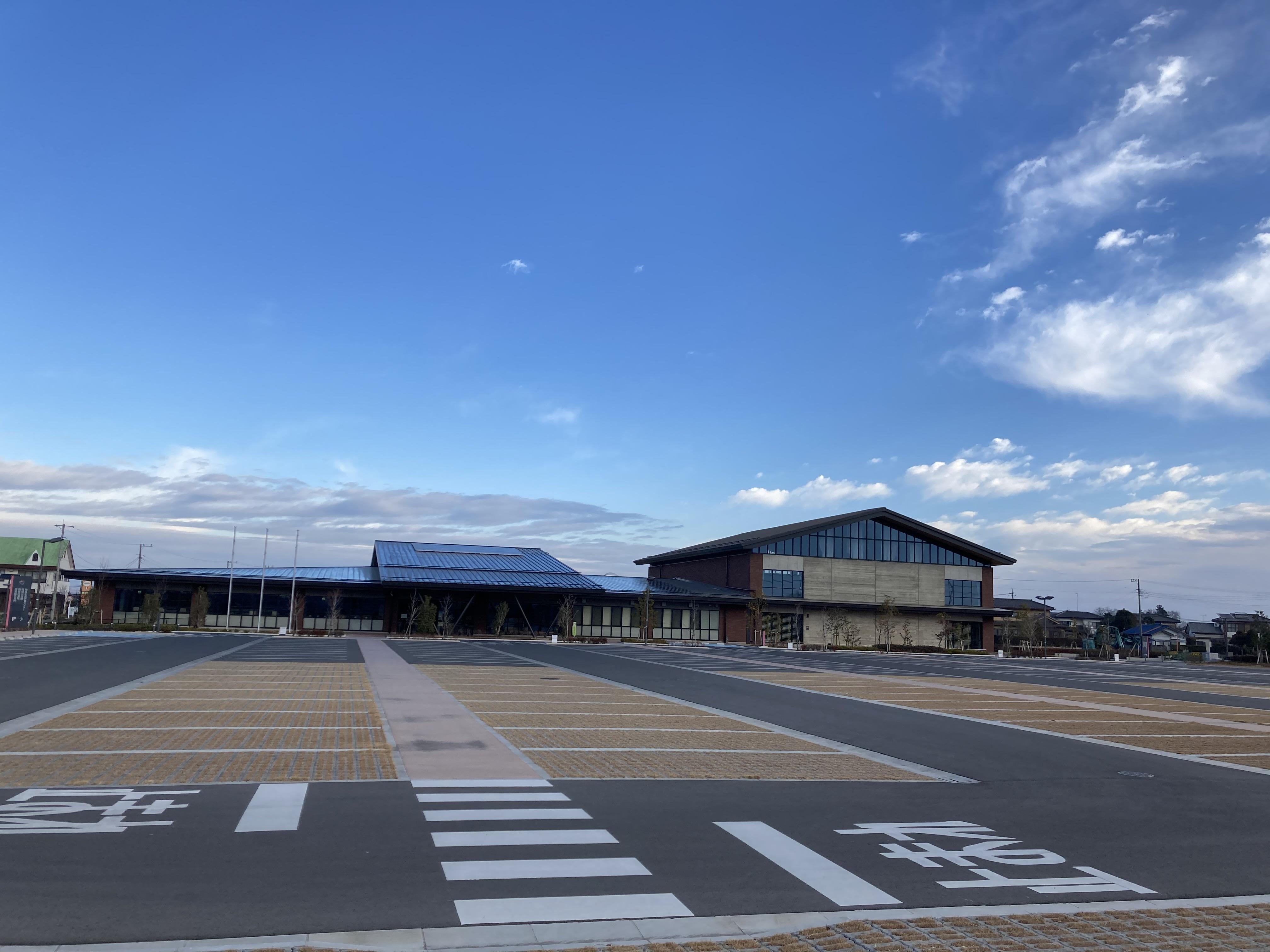 岡部生涯学習センター・岡部公民館 駐車場と建物