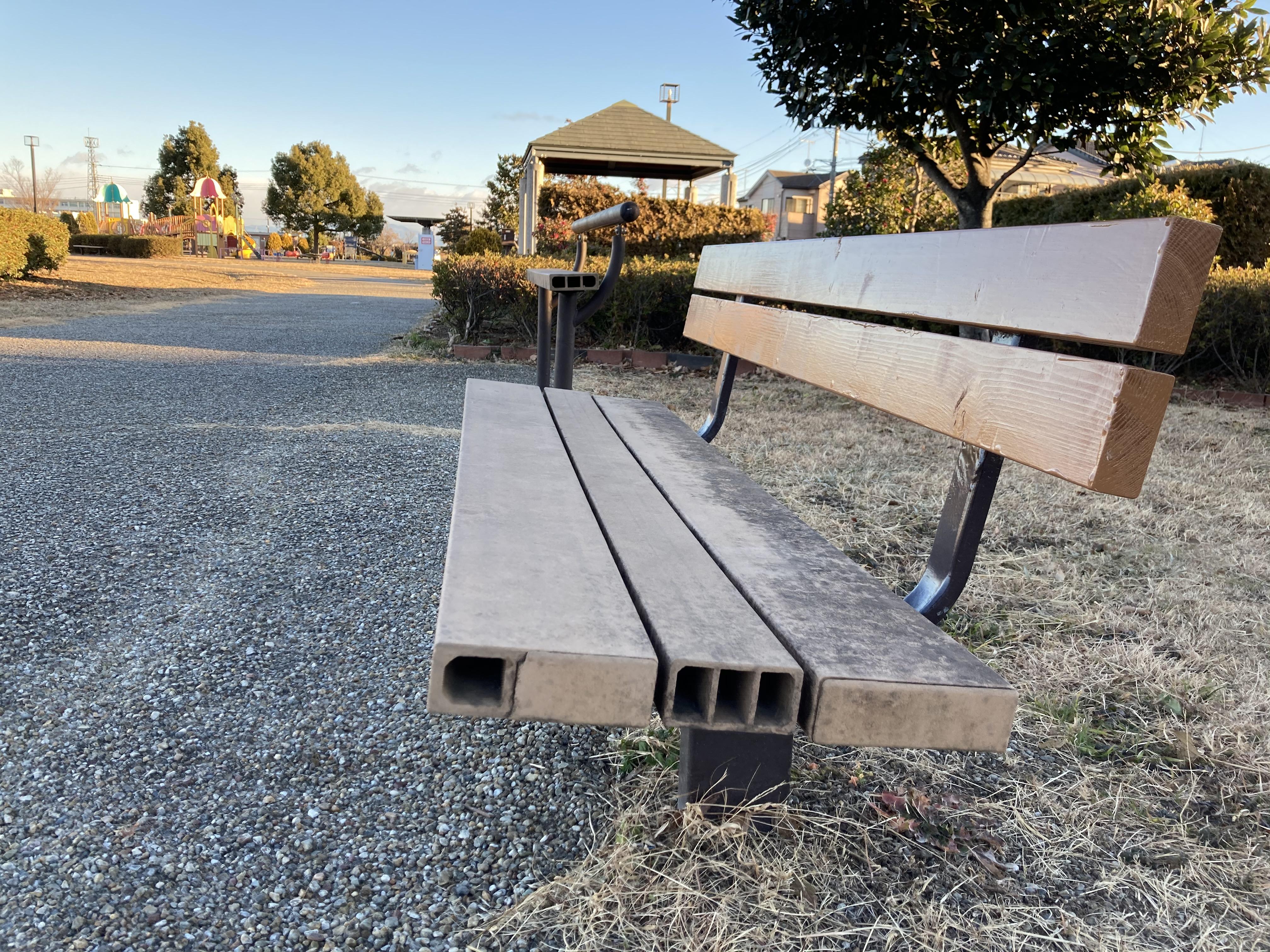 スマイルパークにある、ユニバーサルデザインのベンチ03