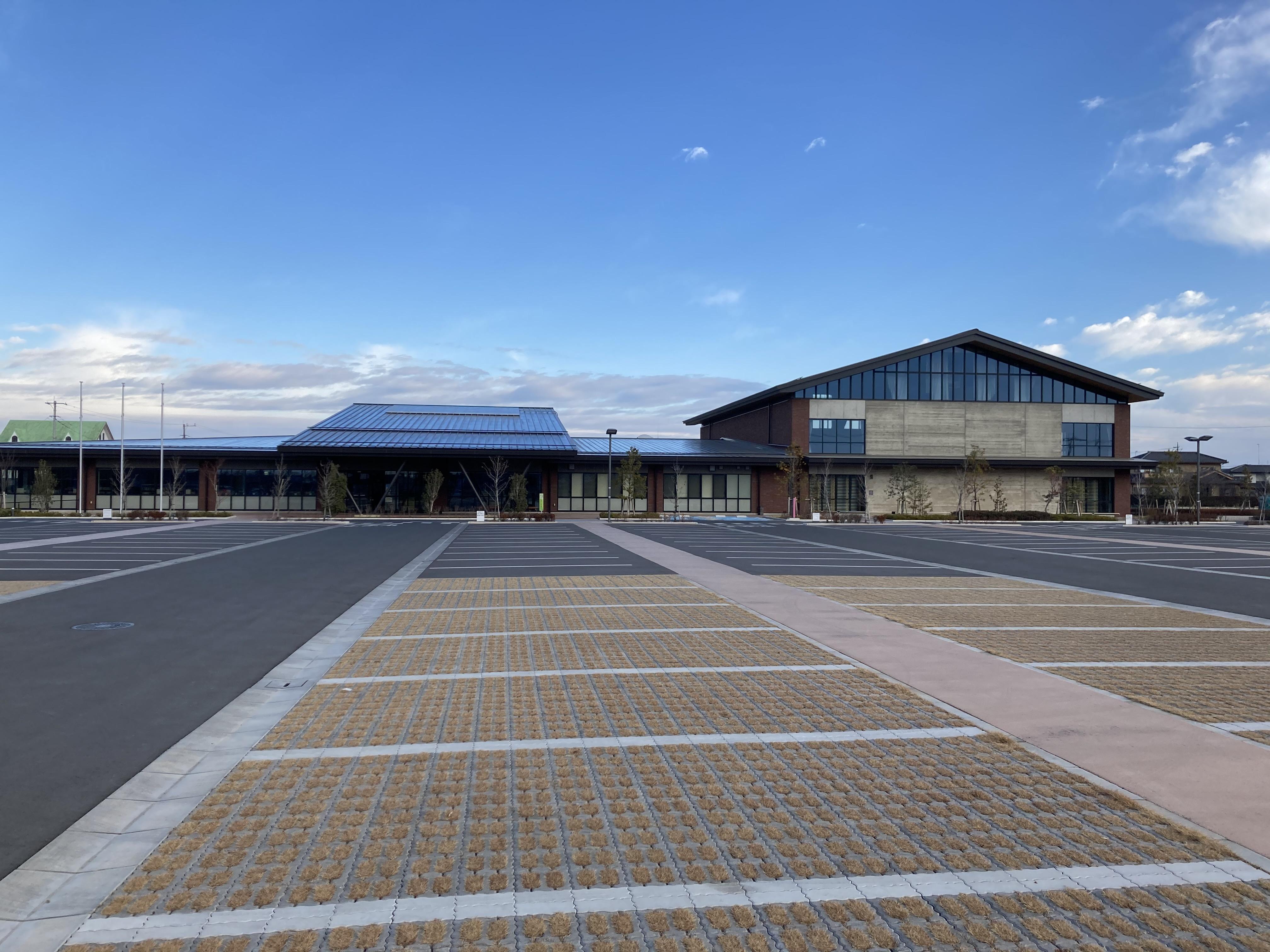 岡部生涯学習センター・岡部公民館 駐車場と建物2